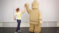 Et si vous fabriquiez un costume de Minifig LEGOpour Halloween ? La chaine Youtube The Q vient de mettre en ligne un tutorial vous permettant de créer vous m