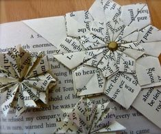 In this DIY, we'll be making a Cute Flower Petal Origami Bookmark. This is a super easy, stylish, girly bookmark, which makes a change from scraps of paper or. Origami Star Box, Origami Fish, Origami Stars, Origami Flowers, Oragami, Origami Simple, How To Make Origami, Useful Origami, Origami Ideas