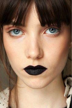 73. Mit eisblauen Augen und schwarzem Lippenstift ist der moderne Goth Look einfach. #SmileHype