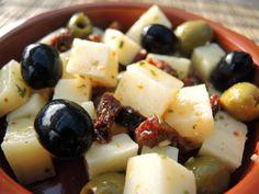 Ein einfaches kleines, aber feines Rezept für ein spanisches Tapas-Buffet: Manchego-Käsewürfel und Oliven in würziger Marinade.