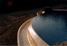 Construction d'une piscine noire a débordement a marseille Toulon Draguignan saint Raphael Fréjus Var 83
