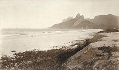 José Baptista Barreira Vianna. Praia de Ipanema, Morro Dois Irmãos e Pedra da Gávea ao fundo, c.1900. Rio de Janeiro, RJ / Acervo IMS