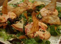 Перевернув, выложить на салат остывшие чизкейки, присыпать все оставшимся тимьяном и кедровыми орехами, сверху разложить чипсы.