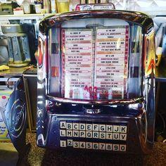 Vintage jukebox.....   #scottsdale #realtorjade  #realestate #sundayfunday #vintage #diner #5&Diner #decades #decade #scottsdalegolf #golf #arizonagolf #arizonagolf #arizonalife #arizonaliving #GolfandGrow #AZGolf
