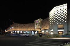 宁波和义大道购物中心——LDPi英国莱亭迪赛灯光设计公司 Western Restaurant, Chinese Restaurant, Mall Facade, Strip Mall, Facade Lighting, Luxury Chandelier, Restaurant Lighting, Model House, Dream House Plans