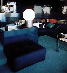 A dark mood for your living room, but with dramatic lines. The navy blue leather sofa goes beautifuly with the glass table light
