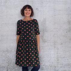 Shirt/Kleid mit leichtem U-Boot-Ausschnitt und Brustabnähern in drei Ärmellängen optionale Saumrüsche  FLOORA DRESS ist ein lässiges Shirt/Kleid, das aus weichfallenden, dehnbaren Jersey-Stoffen genäht wird und  durch formgebende Brustabnäher perfekt sitzt.  Floora Dress gibt es in den Größen 34 bis 52 und fällt den gängigen Größentabellen entsprechend aus. Capsule Wardrobe, Elegant, Short Sleeve Dresses, Textiles, Hairstyle, Shirts, Shirt Dress, Sewing, Fabric