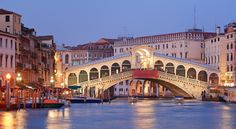 Ponte di Rialto in Venice Best Honeymoon Destinations, Romantic Destinations, Travel Destinations, Honeymoon Ideas, Santorini, Places To Travel, Places To See, European Honeymoons, Rialto Bridge