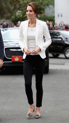 Kate Middleton - The Outfit: White Blazer + White Top + Black Skinny Jeans + Pointed Block Heels What We Love: Kate Middleton defined classic-chic with her put-together ensemble. The tassels on her shoes added a quirky touch to her outfit. Moda Kate Middleton, Looks Kate Middleton, Estilo Kate Middleton, Kate Middleton Fashion, Casual Kate Middleton, Kate Middleton Outfits, Princess Kate Middleton, Business Outfit Frau, Business Outfits Women
