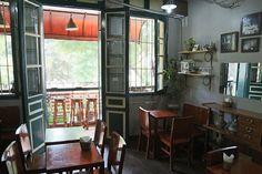 Balcon fleurie de quelques tabouets de l'Étage #cafe à #hanoi #hanoivietnam