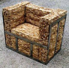 un fauteuil avec des bouchons en liège
