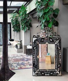 Легендарные венецианские зеркала ARTE VENEZIANA. Они создаются вручную по старинным технологиям венецианских мастеров. На фабрике ARTE VENEZIANA производятся также светильники, мебель, стеновые панели, двери, капители, карнизы. #итальянскаямебель #зеркала #зеркало #arteveneziana #интерьер #дизайнинтерьера #интерьердизайн #декор #стиль #красивыедома #мебель #гостиная #купитьмебель #дизайнквартиры #дизайндома #интерьерквартиры #дизайнинтерьераспб #interiors #interiorinspiration…