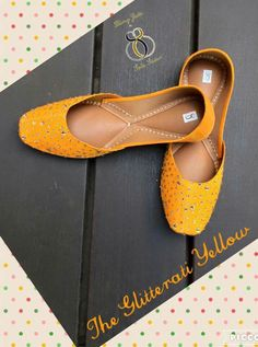 Mustardy Punjabi jutti. Casual Bags, Casual Shoes, Simple Pakistani Dresses, Indian Shoes, Punjabi Fashion, Shoe Gallery, Leather Slippers, Shoe Collection, Wedding Shoes