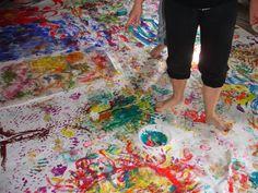 A Arteterapia trabalha com pintura, modelagem, colagem, desenho, tecelagem, expressão corporal, sons, músicas e criação de personagens