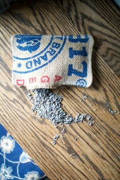 duftsäckchen-selber-machen-sackleinen-material-lavendelblueten-fuellung