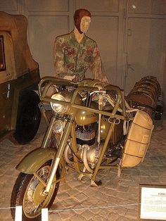 """Výsadkový rám pro motocykl JAWA 350 – typ 360 """"Kývačka"""" Pro potřeby výsadkového vojska byl počátkem 60. let vyvinut speciální nosný rám určený pro shoz motocyklu JAWA 350. Dva padáky PD47-U zajišťovaly bezpečné přistání stroje. Letouny IL-14 mohly nést na vnitřních závěsech dva takto upravené motocykly. K motocyklu byl vyráběn i přívěsný vozík pro převážení sovětského výsadkového nákladního zásobníku PDMM určeného pro ukládání a shazování různých druhů výzbroje, munice a dalších nákladů."""
