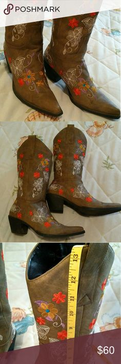 Embroidered Roper Cowboy Boots Barely wore, Beautiful embroidery Roper Cowboy Boots, sz 7  1/2.  Don't be shy,. Make Offer Roper Shoes Heeled Boots