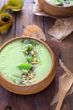 This Green Matcha Smoothie Bowl makes a perfect summer treat. Made with bananas, kiwis, matcha powder and almond milk - it tastes like ice cream and has only 180 calories! Smoothie Bowl, Matcha Smoothie, Vegan Smoothies, Smoothie Drinks, Green Smoothies, Matcha Bowl, Acai Recipes, Smoothie Recipes, Healthy Recipes