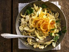 Spätzle mit Champignons und Zwiebeln | Zeit: 30 Min. | http://eatsmarter.de/rezepte/spaetzle-mit-champignons-und-zwiebeln