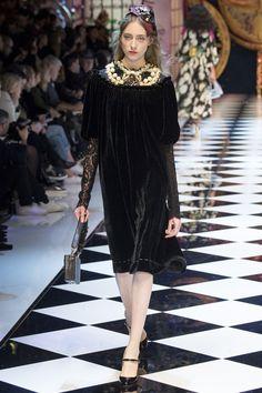 La robe en velours du défilé Dolce & Gabbana automne-hiver 2016-2017