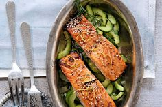 Das Rezept für Lachsscheiben auf Gurkengemüse mit allen nötigen Zutaten und der einfachsten Zubereitung - gesund kochen mit FIT FOR FUN