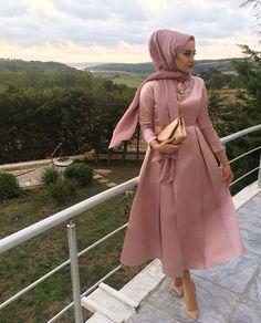 Tesettür abiye modelleri muhafazakar hanımefendilerin özel günlerde her zaman tercih edebilecekleri çok özel elbise modelleridir. #moda #fashion #fashionblogger #damenmode #mode #abiye #abiyemodelleri #abiyeelbise #tesetturabiye #tesetturgiyim #uzunabiye #kapalıabiye #sikabiye #tesettürabiye #hijab #abaya #hijababaya #islemeliabiye #dugunelbiseleri #nisanelbiseleri #dugunabiye #nisanabiye Modest Fashion Hijab, Modern Hijab Fashion, Muslim Women Fashion, Hijab Fashion Inspiration, Fashion Dresses, Hijab Evening Dress, Hijab Dress Party, Evening Dresses, Hijab Mode