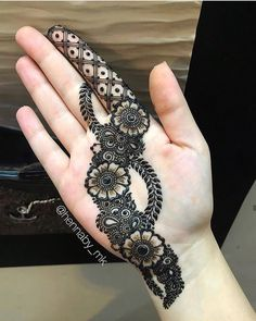 We have got a list of top Arabic Mehndi designs for Hand. You can choose Arabic Mehndi Design for Hand from the list for your special occasion. Mehndi Designs Front Hand, Pretty Henna Designs, Palm Mehndi Design, Latest Arabic Mehndi Designs, Indian Mehndi Designs, Stylish Mehndi Designs, Mehndi Designs For Beginners, Mehndi Designs For Girls, Mehndi Design Photos