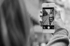 Das perfekte Selfie - Die Pose machts!  Das Smartphone etwas erhöht gehalten, bringt die Details (Augen, Frisur, Schmuck,...) zur Geltung. Natürlichkeit ist Trumpf! Nicht vergessen: Selfie nochmal genau betrachten, bevor Sie es mit der Welt teilen!  Foto: CC BY 2.0, Selfie von *Passenger*