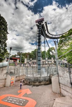 Oblivion at Alton Towers in England, I wemt to this theme park lile 2 months ago. this had to be the scariest ride in the emtire park. so scaryyyy Crazy Roller Coaster, Best Roller Coasters, Thorpe Park, Amusement Park Rides, Attraction, Water Slides, Wonderful Places, Places To See, Around The Worlds