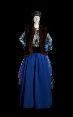 Yves Saint Laurent Long evening together, haute couture collection, Fall-Winter 1976. Sand and emerald velvet bolero, peacock blue-and-gold cloth; Prussian blue Ottoman skirt.