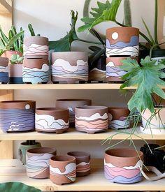 Painted Plant Pots, Painted Flower Pots, Ceramic Plant Pots, Clay Pots, Clay Crafts, Diy And Crafts, Arts And Crafts, Pottery Painting Designs, Diy Décoration