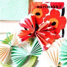 年長さん向けの手作りパーティ! 紙でいろいろ作ります〜。 「ペーパーナプキンでチョウチョ」をチラ見せ。 旅行で買ってきたマリメッコのペーパーナプキンはせっかくのウニッコが隠れてしまって、あかんなー、、。 水玉ぐらいがカワイイかも!? #ペーパークラフト #マリメッコ