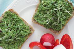 Pesto z liści rzodkiewki to prosty, szybki i tani sposób na pastę kanapkową lub dodatek do makaronu. I dzięki niemu nic się nie marnuje! Avocado Toast, Breakfast, Food, Hoods, Meals