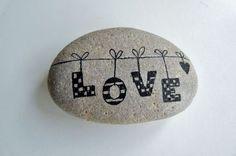 Liebeserklärung machen durch bemaltes Steinchen