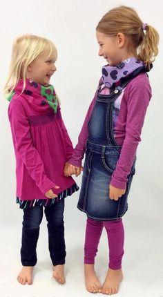 Die Einte trägt den Jeansstoff an den Beinen, die Andere als Latzrock. Jeans ist und bleibt ein treuer Begleiter.