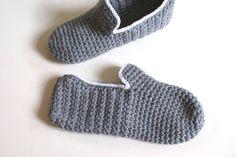 Man feet get cold too Men's House Slippers por WhiteNoiseMaker