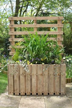Garden DIY Upcycled pallet planter & patio privacy screen is part of Upcycled Crafts Garden DIY Projects - How to turn a pile of pallets into a DIY patio planter and garden privacy screen