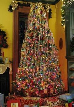 love the vintage look of this Christmas tree - reminds of my Granny's tree - lots of little tin ornaments - so pretty