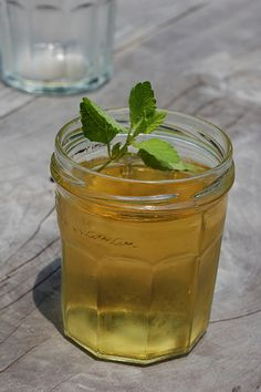 How To Make Lemon Balm Tea - By DomesticDiy Lemon balm is a herb that has antiviral, antibiotic, and antioxidant properties. It can also be used to help regulate weight and improve mood and mental performance.How To Make Lemon Balm Tea - Smoothie Drinks, Smoothie Recipes, Smoothies, Herbal Remedies, Home Remedies, Natural Remedies, Lemon Balm Tea, Healthy Drinks, Healthy Recipes
