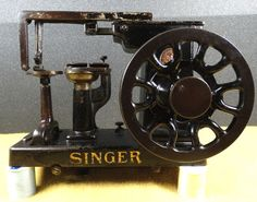 ANTIQUE-SMALL-INDUSTRIAL-SINGER-MODEL-46K-LEATHER-GLOVE-TREADLE-SEWING-MACHINE