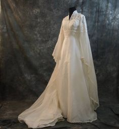 weddingdress dream dress very cool. my wedding dress had these SAME sleeves and that was my fave part! Beautiful Gowns, Beautiful Outfits, Gorgeous Dress, Costume Original, Vintage Dresses, Vintage Outfits, Fantasy Costumes, Fantasy Dress, Medieval Dress
