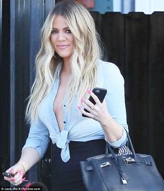 Braless Khloe Kardashian showcases her curves in shirt and tight skirt Khloe Kardashian Style, Koko Kardashian, Kardashian Jenner, Dark Roots Blonde Hair, Jenners, Van Nuys, Hot Girls, Sexy Librarian, Jenner Family
