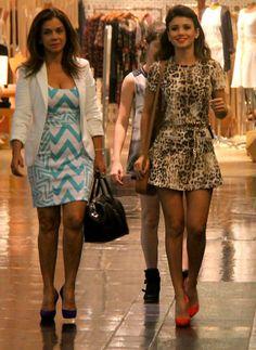 Paula Fernandes passeia com a família usando vestidinho