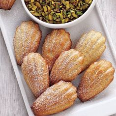 Fıstıklı madlen kekler 2 yumurta 35 g toz şeker 1 paket vanilya 40 g pudra şekeri 2 yemek kaşığı toz fıstık 35 g kek unu 35 g un 75 ml eritilmiş tereyağı Üzeri için Pudra şekeri  Fırını 180 dereceye ayarlayın. 12'li madlen kek kalıplarını yağlayın. Yumurta, toz şeker, pudra şekeri ve vanilyayı mikserle çırpın. Unları bir kaba üç kez eledikten sonra yumurta karışımına ekleyin. Tereyağı ve toz fıstığı ilave edip karıştırın. Hamuru kaşıkla madlen kalıplarının içlerine doldurun. 10 dakika…