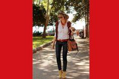 ¿Quién dijo que el cinturón y los zapatos deben ser del mismo color? ¡olvídate de las reglas y combina muchos colores de una misma gama! La camisa blanca es ideal para este tipo de mezclas porque mantiene las cosas simples.