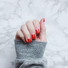 Perfect Christmas mani! 🙆✨🎄 Un #mani en tonos rojos para hacer perfect match con tu #redlipstick 😍😍😍😍. . . . . #bloggermexicana #mexicanbloggers #blogdebelleza #nailpolishlover #nailpolish #christmas #xmas