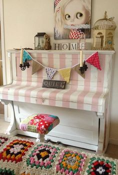 Vintage hand painted piano Annie Sloan Chalk by PoppyRoseVintage. Love the piano but don't like that pic above it Chalk Paint Projects, Chalk Paint Furniture, Hand Painted Furniture, Upcycled Furniture, Furniture Projects, Furniture Makeover, Diy Furniture, Vintage Furniture, Painted Pianos