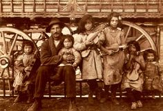 """Roma family with their wagon (BTW, the term """"gypsy"""" is perjorative to them) Gypsy Caravan, Gypsy Wagon, Gypsy Life, Gypsy Soul, Old Pictures, Old Photos, Vintage Pictures, Gipsy Music, Folk Music"""