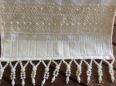 Toalha de lavabo ,na cor palha com bordados em pedrarias e aplicação de renda de algodão.  Medida 30x45cm. Beaded Embroidery, Hand Towels, Clean House, Hand Stitching, Throw Pillows, Beads, Crystals, Sewing, Crochet