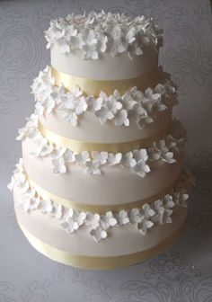 A wedding cake that married simplicity with petals